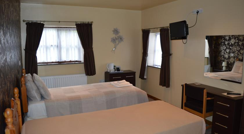 Hopley House twin bedded room